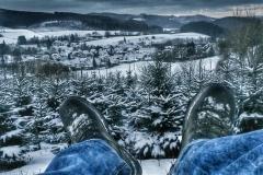 Ruhebänke oberhalb Osterfeuer mit Blick auf Serkenrode